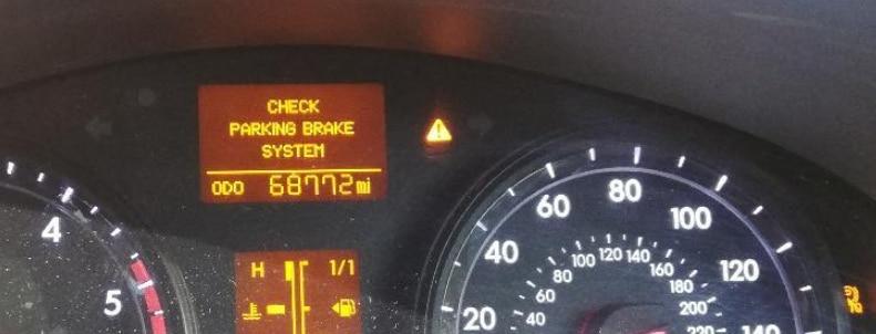 "varsellampe i dashbord som varsler om feil ""check parking brake system"""